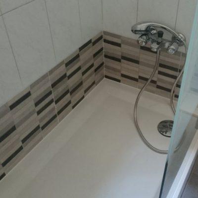 REFORMAS INTEGRALES INTERIORES / REFORMA DE BAÑO  </br></br>Reconversión de bañera a plato ducha renovando la imagen del baño dando una solución moderna y elegante.